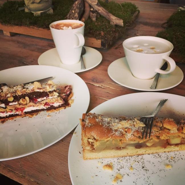 Kaffee und Kuchen im Torhaus am Möhnesee.