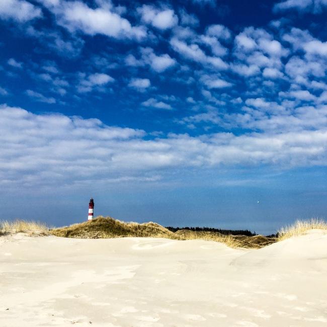 Leuchtturm mitten in den Dünen auf Amrum.