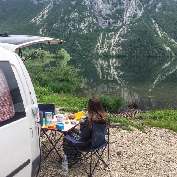Frühstück mit Ausblick auf den Bohinj See in Slowenien.