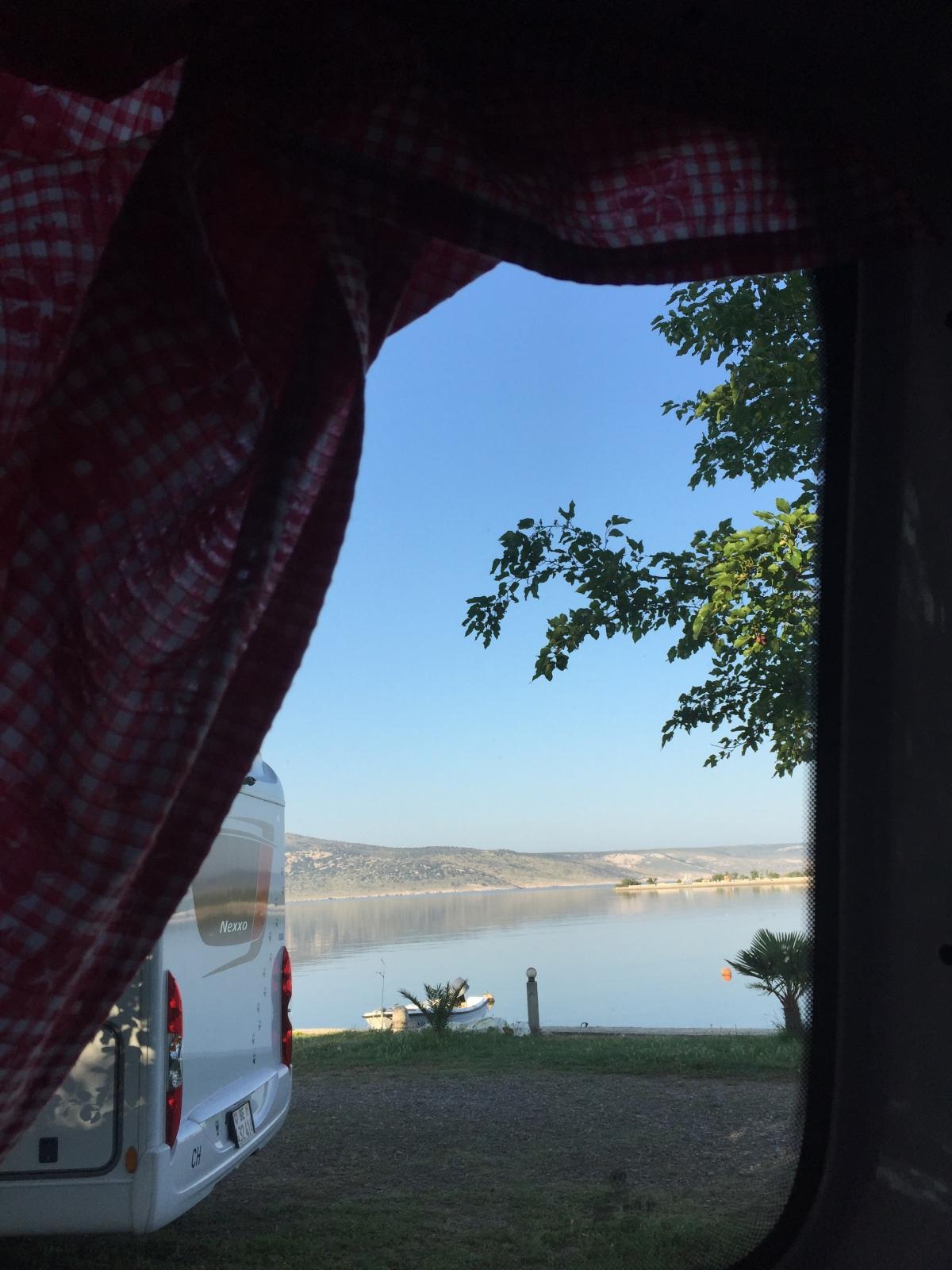 Ausblick beim Aufstehen: Adria-Bucht in Starigrad.